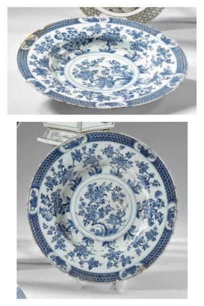 CHINE - EPOQUE KANGXI (1662 - 1722) Paire de plats en porcelaine blanche décorée...