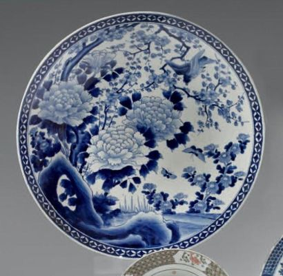 JAPON - Epoque MEIJI (1868 - 1912) Coupe ronde en porcelaine blanche décorée en bleu...