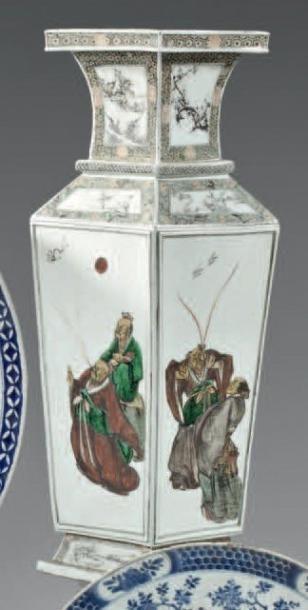 CHINE - XIXème siècle Vase de forme balustre et quadrangulaire en porcelaine blanche...