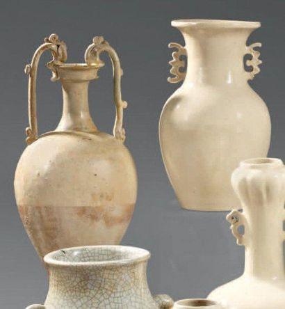 CHINE - Epoque MING (1368 - 1644) Vase de forme balustre en grès émaillé blanc crémeux,...