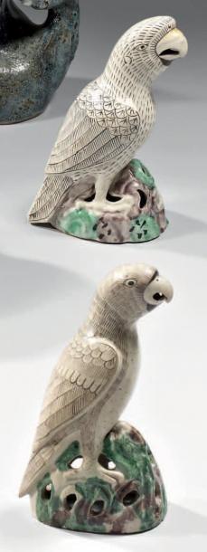 CHINE - EPOQUE KANGXI (1662 - 1722) Paire de perroquets posés sur des rochers en...