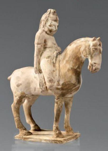 CHINE - Epoque TANG (618 - 907) Statuette de cavalière à l'arrêt en terre cuite à...