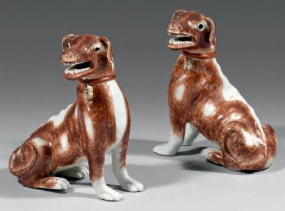 CHINE - Epoque QIANLO NG (1736 - 1795) Paire de chiens assis en porcelaine émaillée...