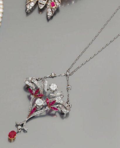 Chaîne pendentif en or gris, ornée de diamants...