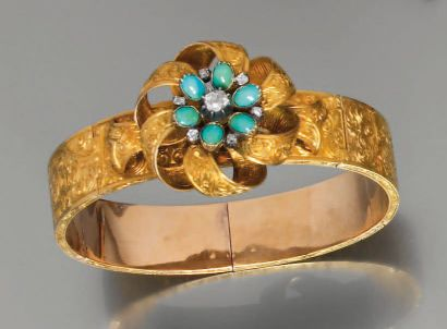 Bracelet flexible ouvrant en or guilloché...