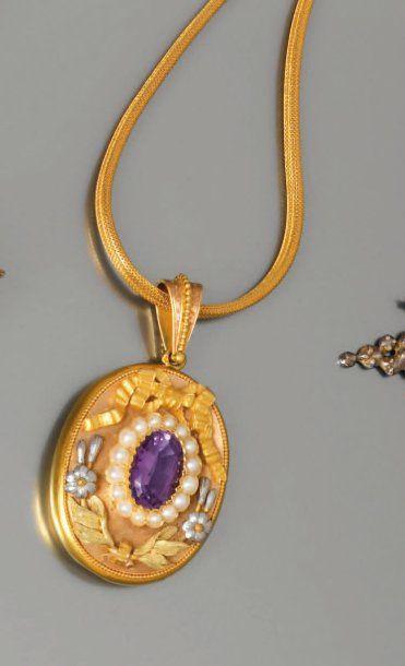 Beau pendentif porte photo en or guilloché,...