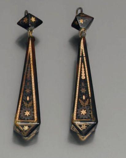 Paire de pendants d'oreilles en écaille,...