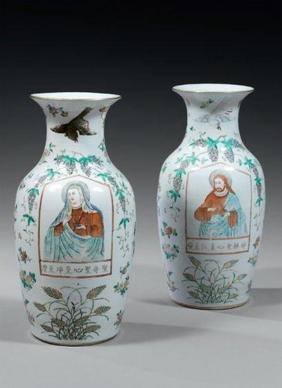 CHINE Paire de vases de forme balustre à...