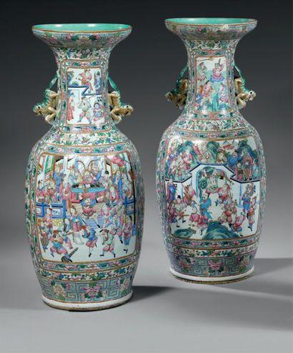 CHINE Paire de grands vases de forme balustre...