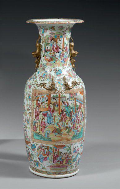 CHINE Grand vase de forme balustre à deux...
