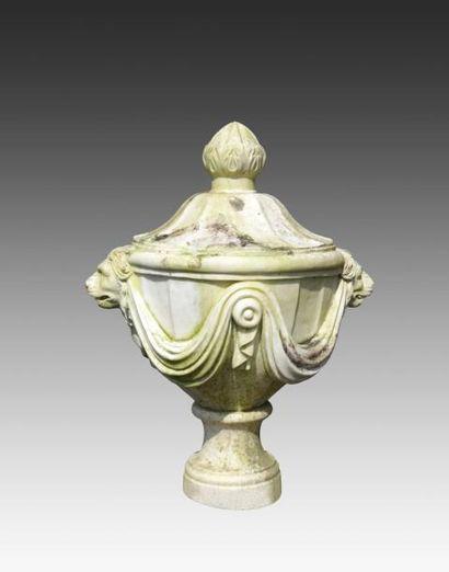 Paire d'urnes sur piédouche, décor de draperies...