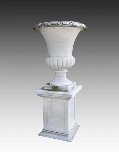 Paire de vases Médicis en marbre, corps godronné,...