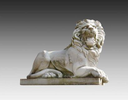 Paire de lions couchés en marbre blanc sculpté...