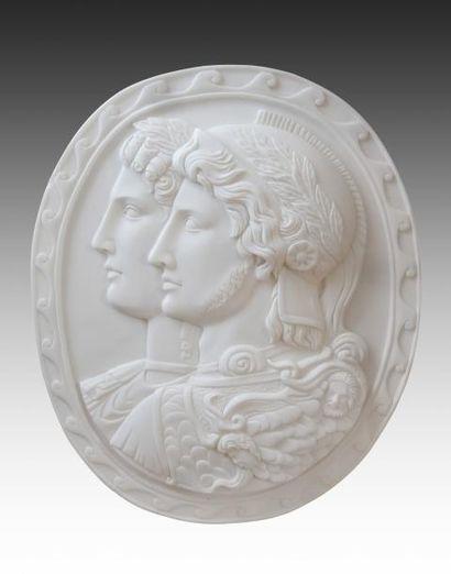 Médaillon ovale en marbre sculpté à décor...