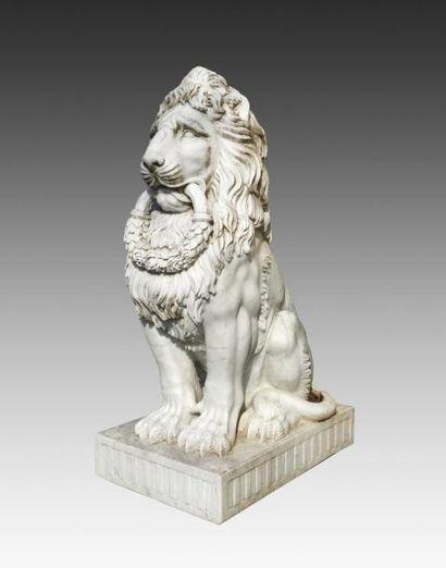 Paire de lions en marbre blanc portant des...