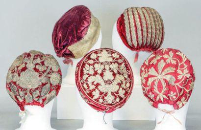 Lot de cinq coiffes traditionnelles russes,...