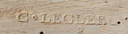 Canapé à dossier légèrement renversé, en bois sculpté, rechampi gris. Les dés de...