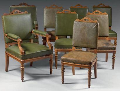Paire de fauteuils et six chaises en chêne mouluré. Les dossiers présentant des...