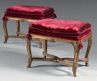 Paire de tabourets rectangulaires, en bois sculpté et doré, à décor d'agrafes. Les...