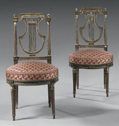 Paire de chaises à dossier lyre, en bois laqué vert, à décor de rosaces. Assises...