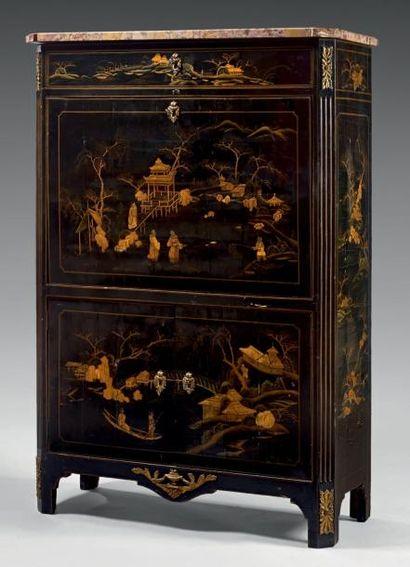 Secrétaire en bois laqué noir et or à décor dit «au vernis Martin», présentant des...