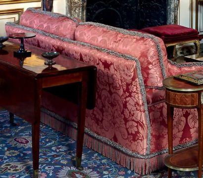 Paire de canapés confortables, en soie damassée vieux rose, à décor de branchages...