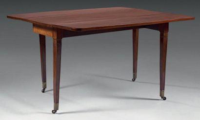 Table de salle à manger, à deux abattants, formant desserte, en acajou massif. Elle...