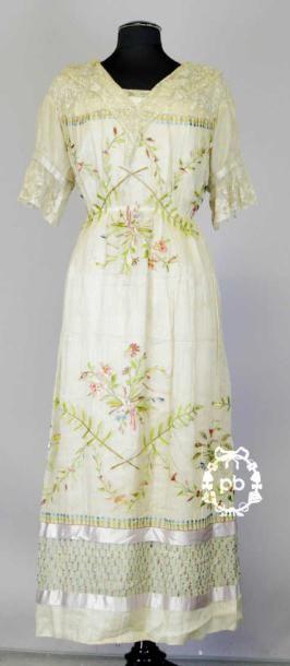 Robe, circa 1910, réalisée d'après des fragments...