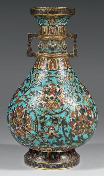 Vase à panse basse en bronze doré et émaux...