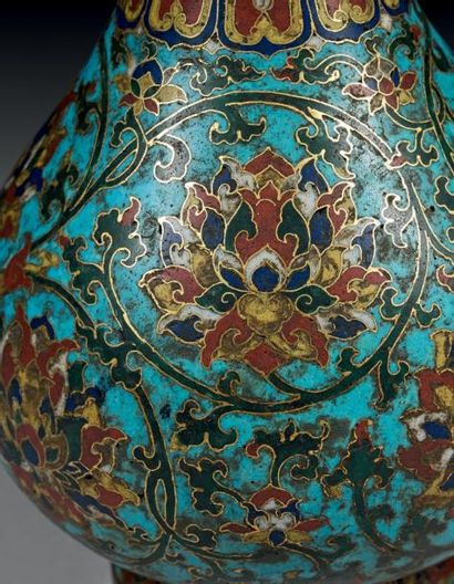 Vase à panse basse en bronze doré et émaux cloisonnés à fond bleu décoré en polychromie...