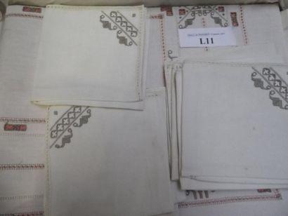 Nappe et douze serviettes en coton blanc...
