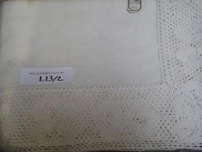 Nappe en coton blanc. Large bordure au crochet...