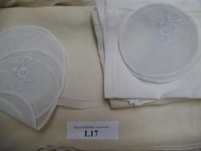 Nappe, douze serviettes et douze sous bols...