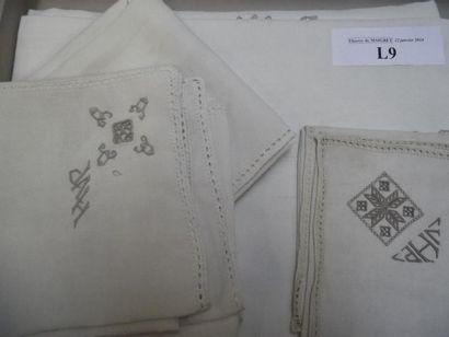 Nappe et sept serviettes (dont un modèle...