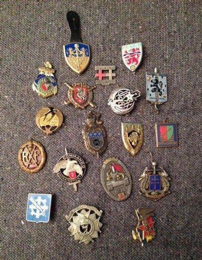 Lot de dix-huit insignes militaires XXe ...