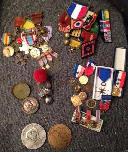 Lot de médailles et d'insignes diverses....