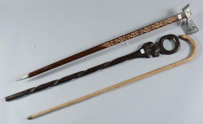 Lot: une canne africaine en bois noir sculpté d?un animal surmonté d?un anneau;...