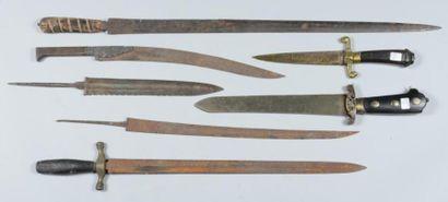 Lot de cinq lames de couteaux de chasse et divers, on y joint deux couteaux de chasse...