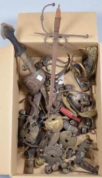 Important lot de pièces détachées d?épées...