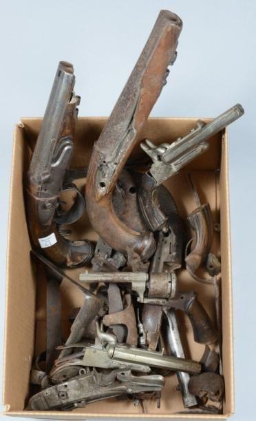 Important lot de pièces détachées d?armes à feu, pistolets et fusils; On y joint...