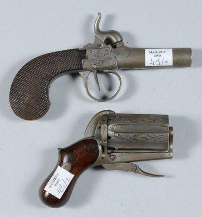 Un pistolet coup de poing à percussion et...