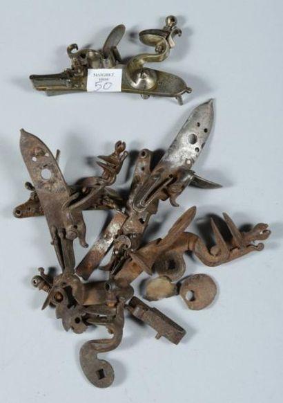 Lot de cinq petites platines de pistolets à silex et quatre chiens. Epoques XVIIIe...