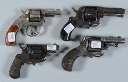Quatre revolvers de type Bulldog à percussion...