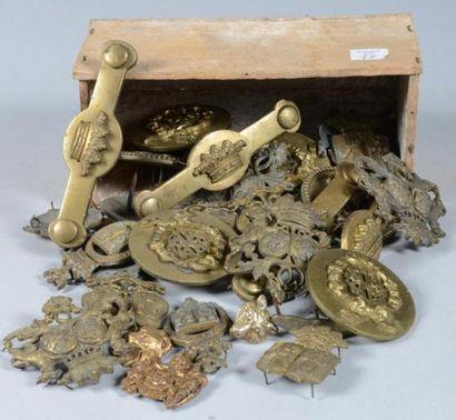 Important lot de pièces de harnachement civil en laiton monogrammées ou armoriées...