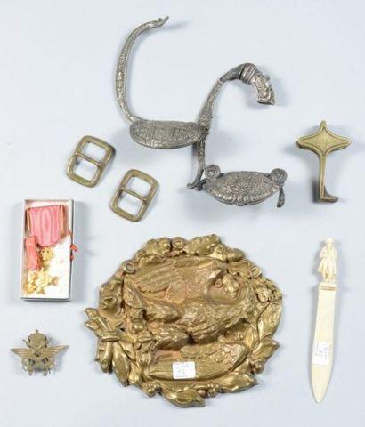 Lot comprenant deux médailles belges, un coupe-papier imitation ivoire représentant...