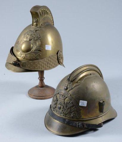 Deux casques de sapeur de pompier, l?un à...