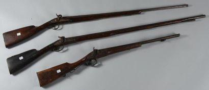 Trois fusils de chasse à silex transformés à percussion dont un à double canon entable....