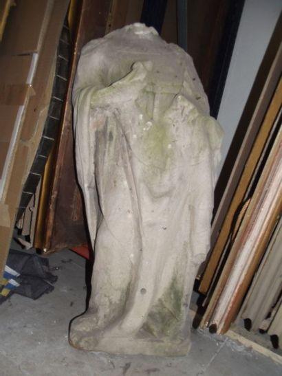 Grande sculpture acéphale en pierre figurant...