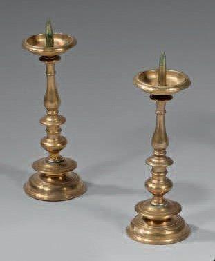 Paire de petits chandeliers en laiton, à...