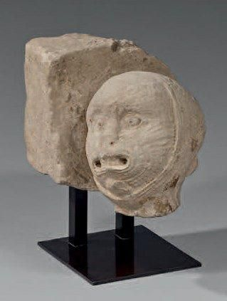Rare Corbeau d'angle en pierre sculpté. Décoré...